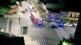 Un motociclista murió arrollado por un colectivo. Foto: @danilequiophoto