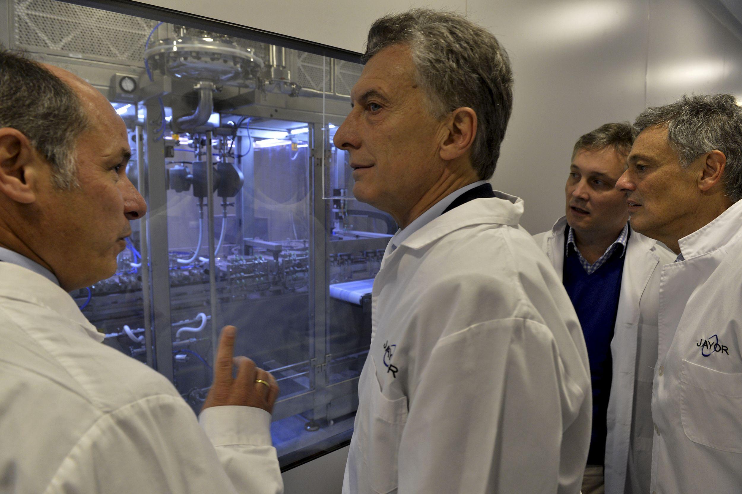 Mauricio Macri visitó un laboratorio