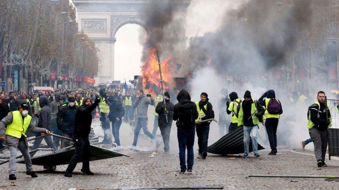 Francia suspende la suba de naftas tras las protestas de los chalecos amarillos