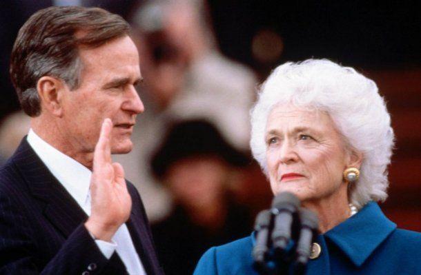 Una imagen de la jura de George Bush en 1989 junto a su mujer, Barbara Bush