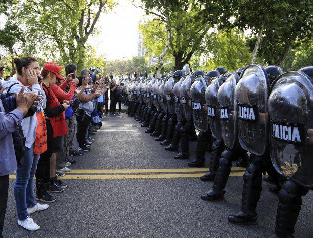 Manifestantes intentan instalar un acampe en el Ministerio de Desarrollo Social<br>