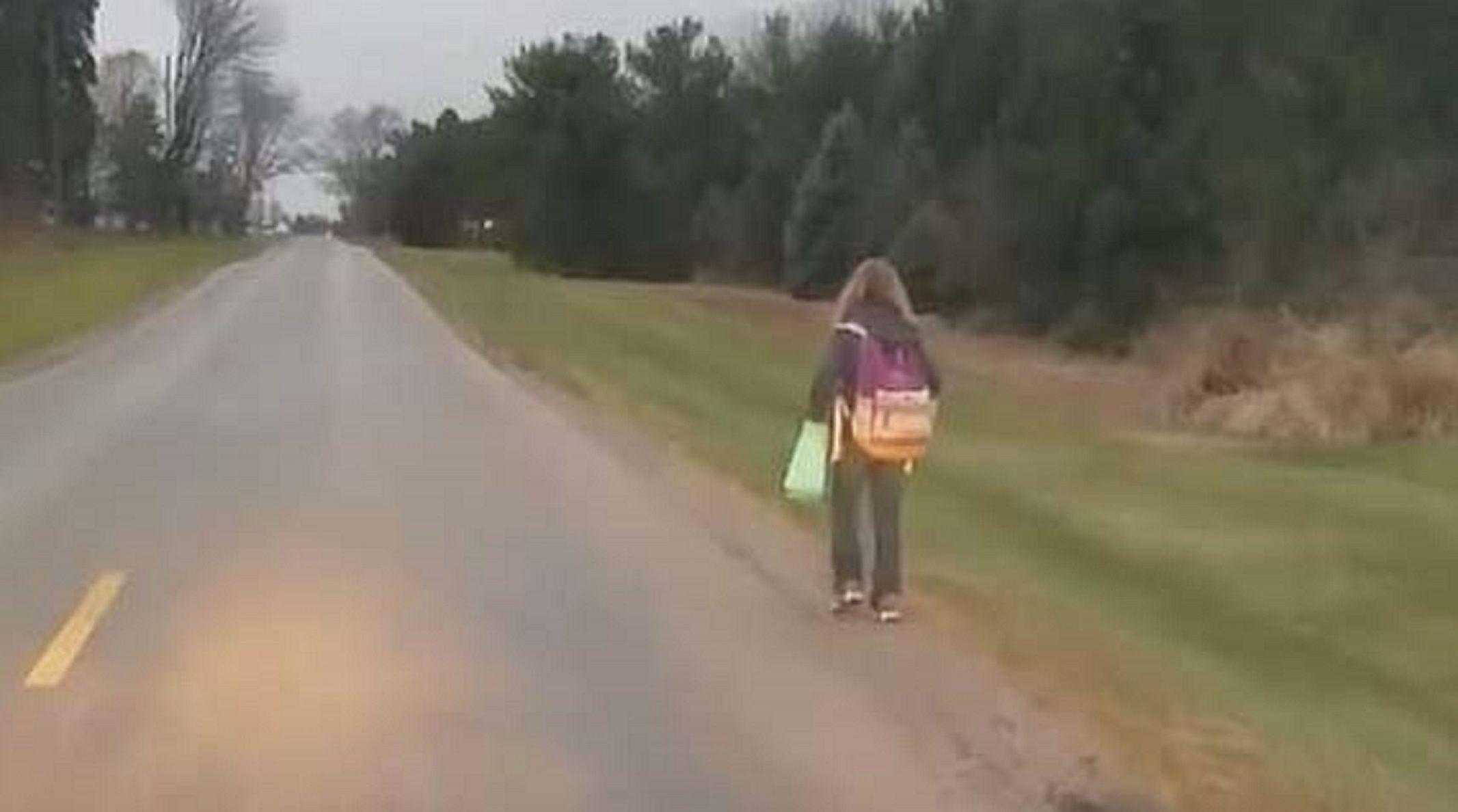 Un castigo que no olvidará: obligó a su hija a caminar 8 kilómetros por hacer bullying