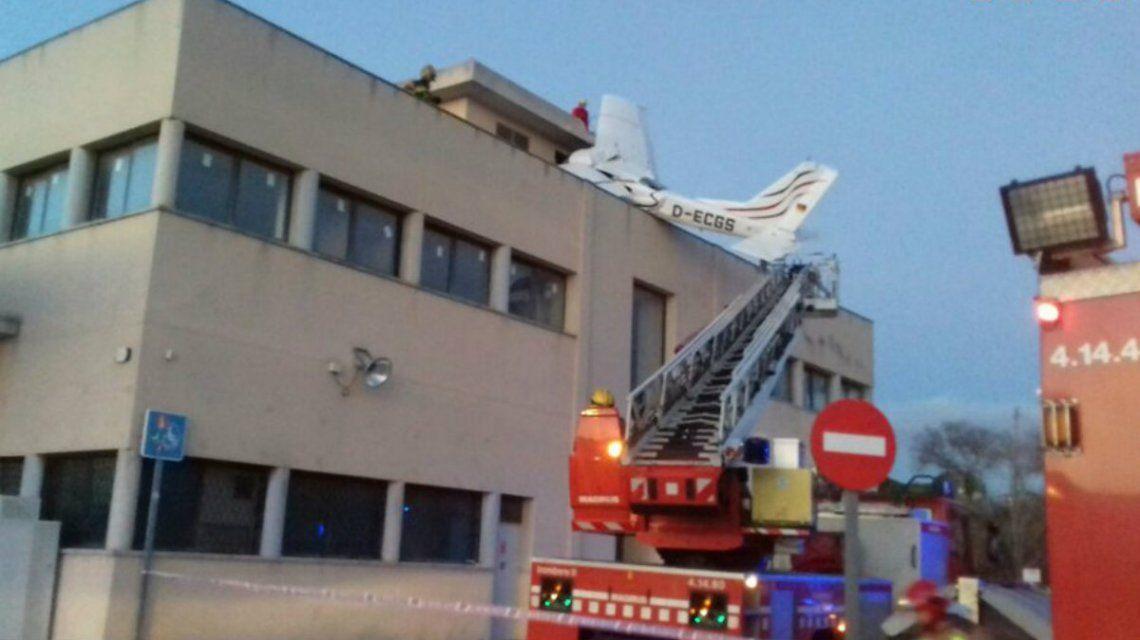 Dos muertos tras la caída de una avioneta sobre una estación de servicio
