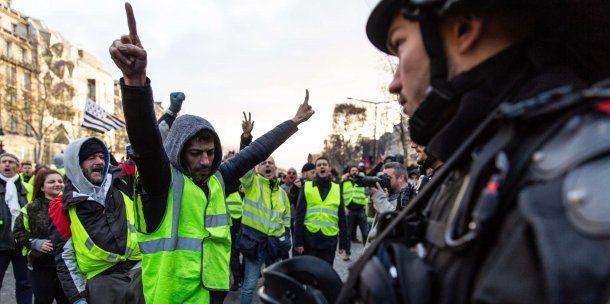 """""""Chalecos amarillos"""" se enfrentaban con la policía en el inicio de la jornada de protesta<br>"""