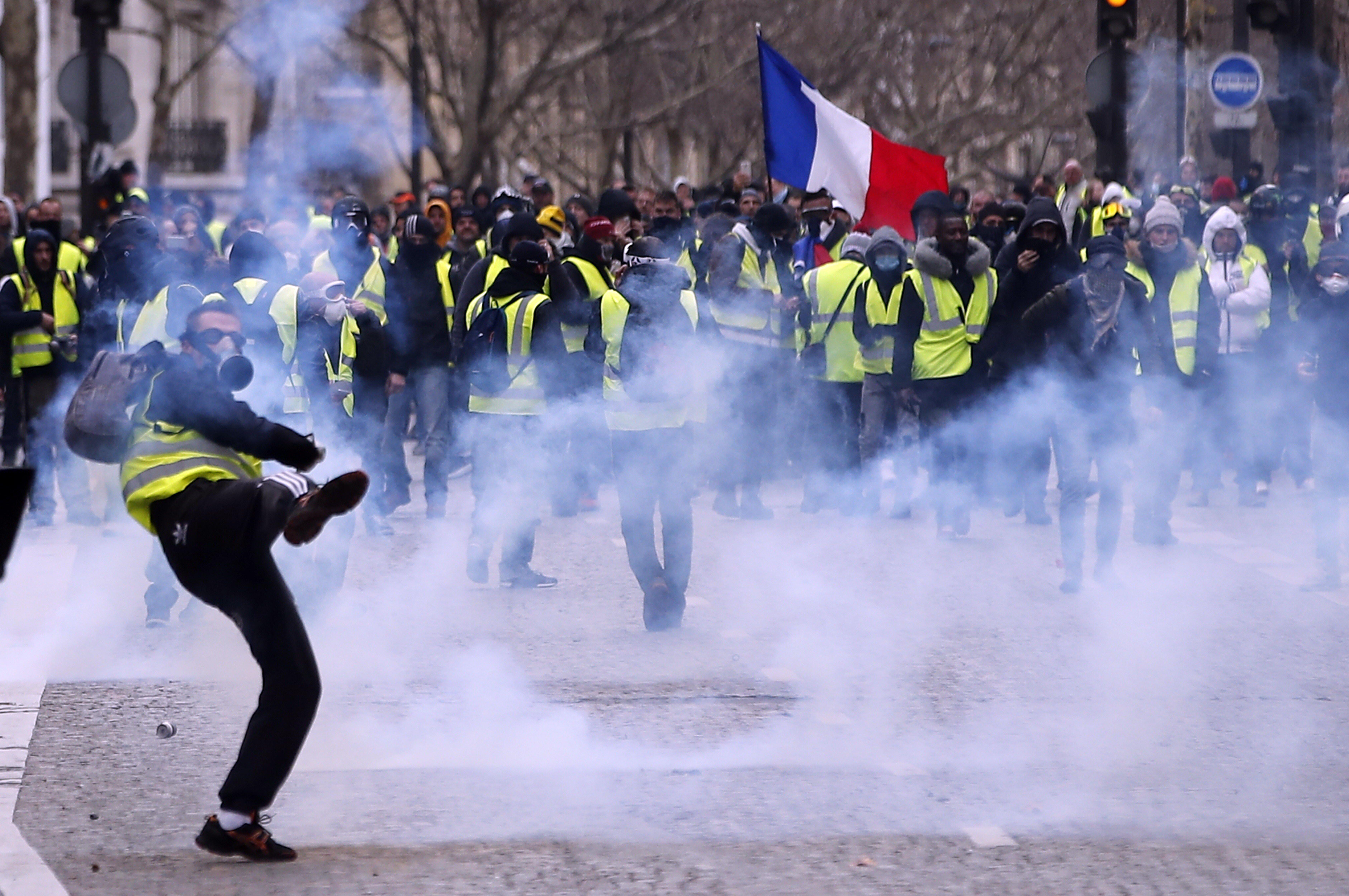 Arde París por los chalecos amarillos: casi 1.000 detenidos y 70 heridos