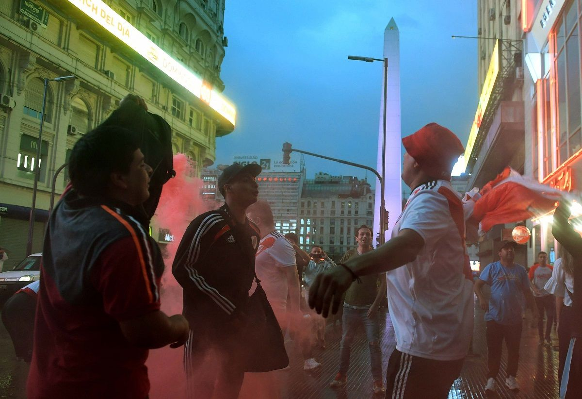 Festejos de hinchas de River en el Obelisco por la Libertadores