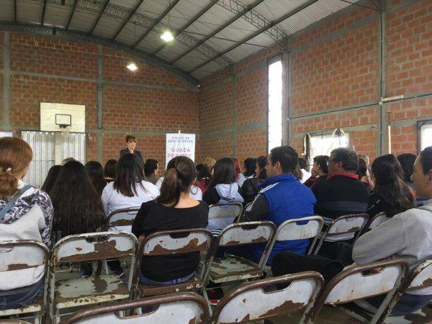 Una de las charlas organizadas con familiares de víctimas y de chicos que intentaron suicidarse.