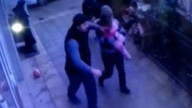 Transeúntes atajaron la caída de una nena
