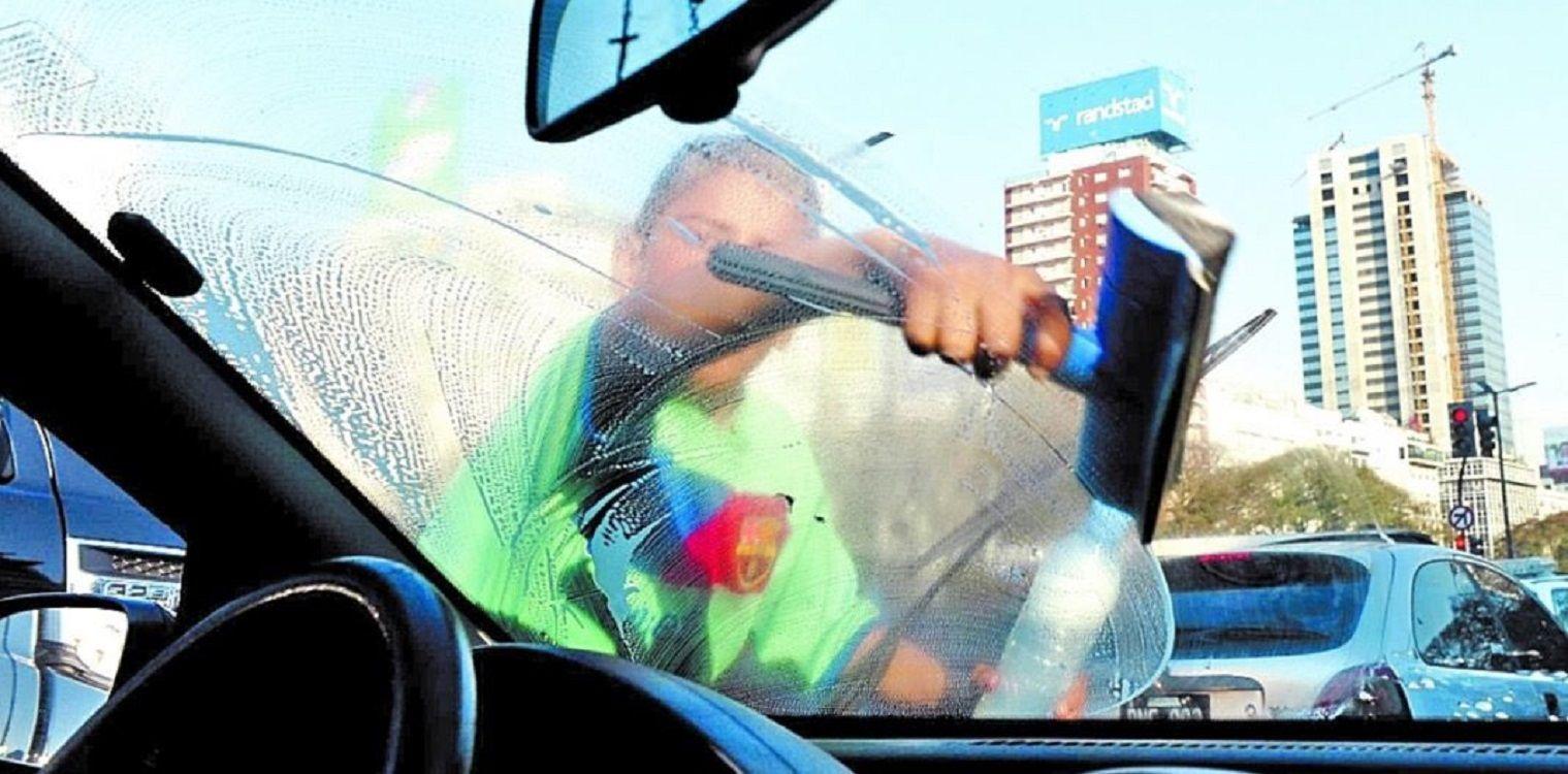 Prohibieron a los trapitos y limpiavidrios en la Ciudad