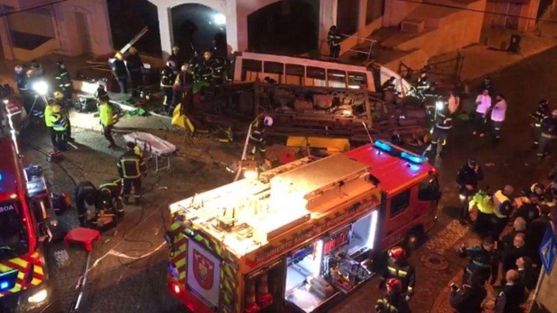 Al menos 28 personas resultaron heridas: 10 quedaron atrapadas adentro del coche