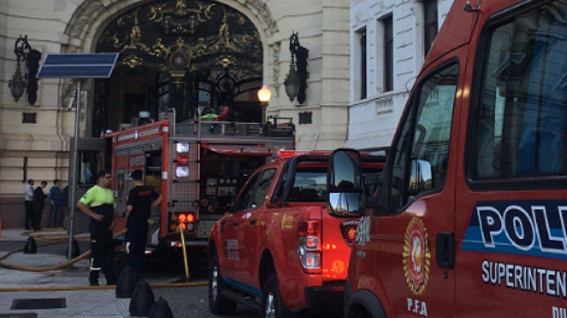 Cuatro heridos por un incendio en el edificio del Círculo Militar