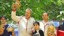 Petrich, en la izquierda de la imagen, al recibir un premio tras una carrera