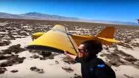 Tocó el ala de un avión desde un helicóptero