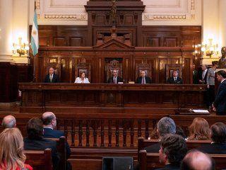 la corte tuvo que aclarar una obviedad y ordeno frenar la difusion de escuchas ilegales