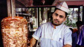El Pity Martínez con un shawarma, plato típico árabe