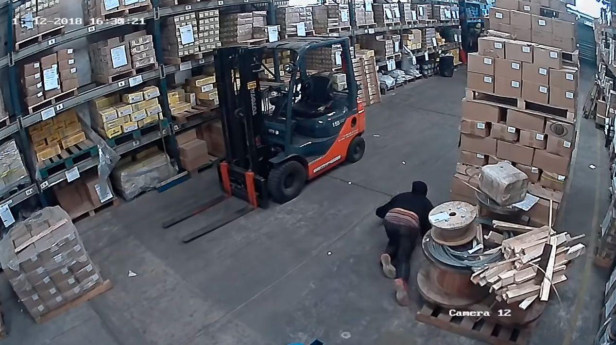 VIDEO: La maniobra de un ladrón para evitar ser detectado por los sensores de un comercio
