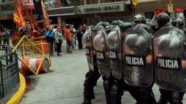 La policía se enfrenta a un grupo de manifestantes en Corrientes y Callao