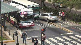 Un auto ingresó en el Metrobus del Bajo y chocó de frente contra un colectivo