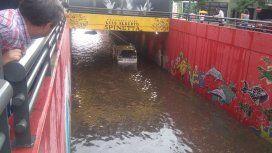 ¡Una pileta en plena Ciudad! El túnel Spinetta bajo el agua y con gente nadando