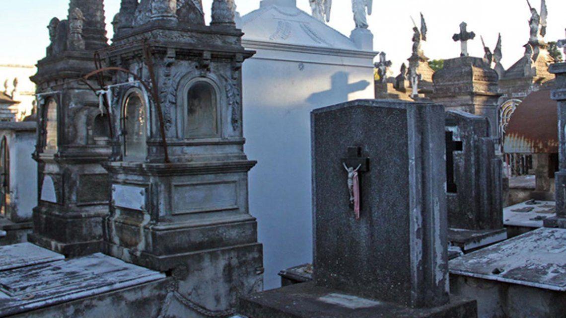 Fue a visitar la tumba de su padre y descubrió que habían robado el cajón con el cuerpo