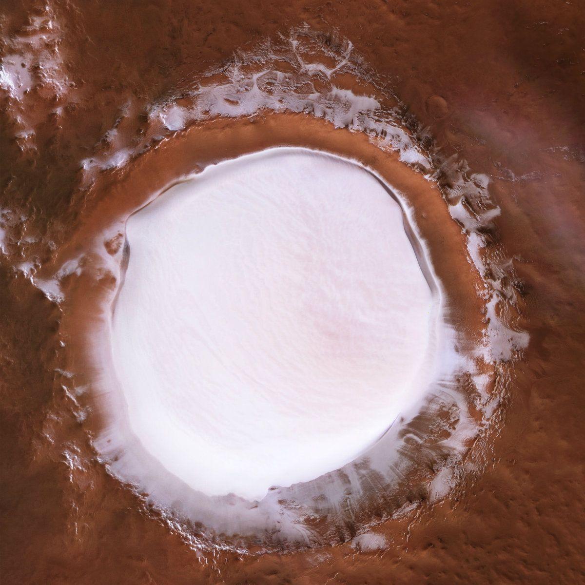 Una pista de patinaje fuera de este mundo: así se ve un crater de Marte