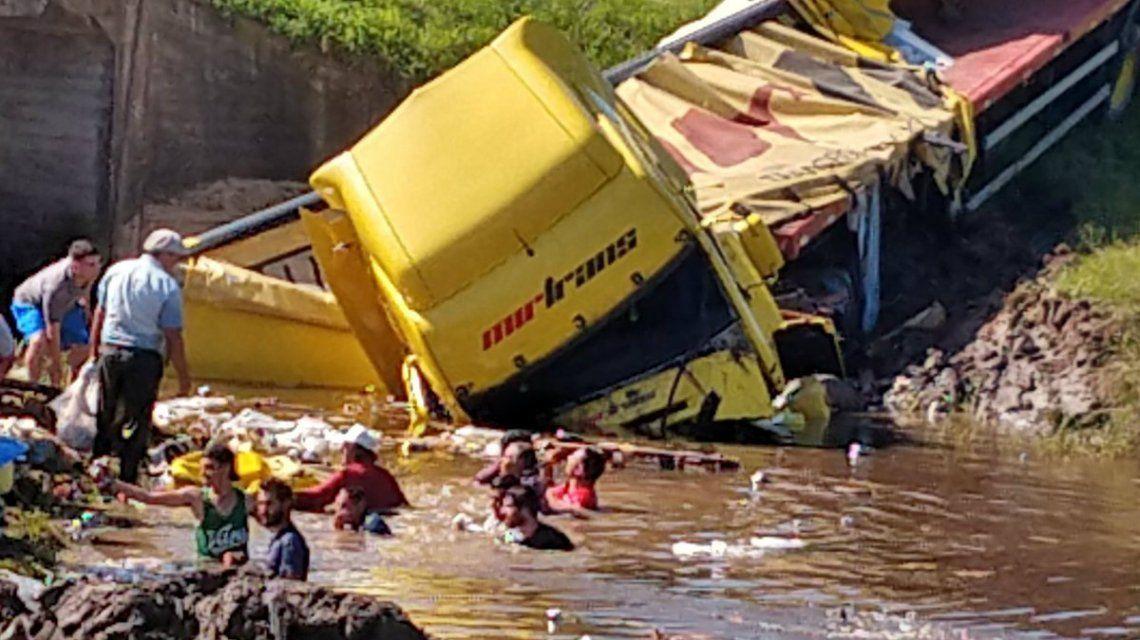 Volcó un camión, cayeron cervezas a un arroyo y los vecinos bucearon para llevárselas