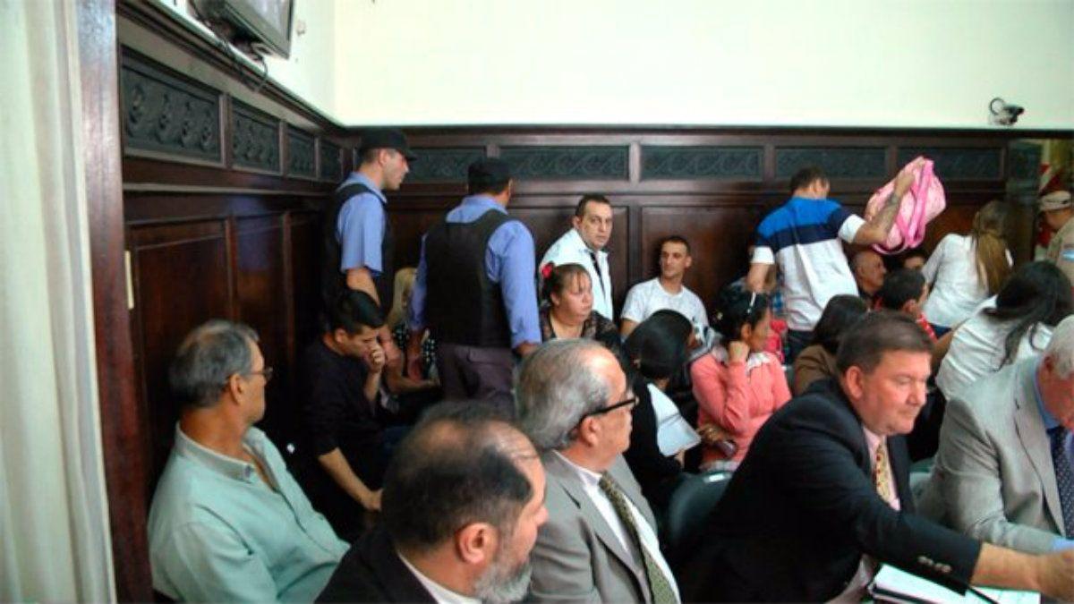 Crédito: Diario UNO / Una vista de la sala del tribunal en la que se ve a Caudana padre e hijo contra la pared
