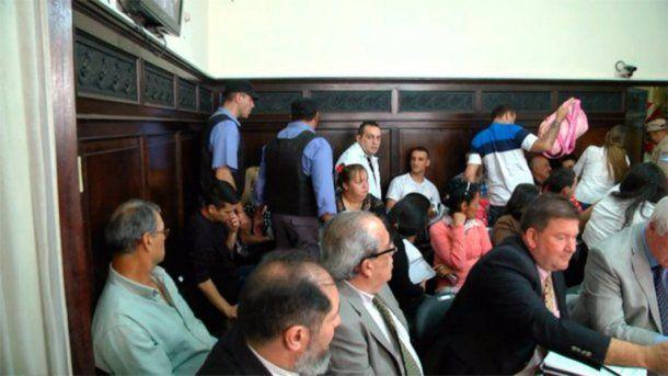 Crédito: Diario UNO / Una vista de la sala del tribunal en la que se ve a Caudana padre e hijo contra la pared<br>