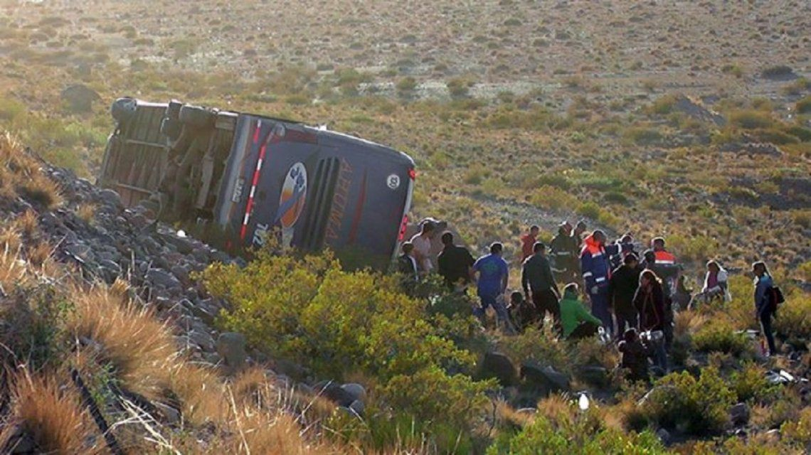 Uspallata: volcó un micro en la alta montaña y hay al menos 3 muertos