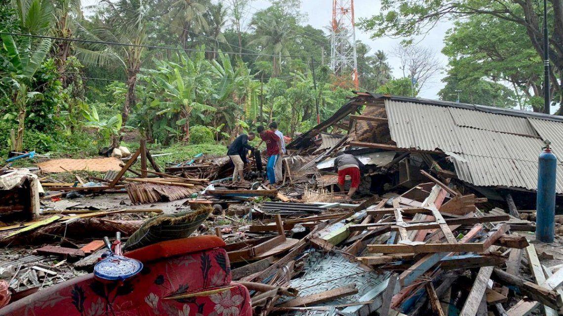 Un tsunami en Indonesia dejó al menos 222 muertos y 843 heridos