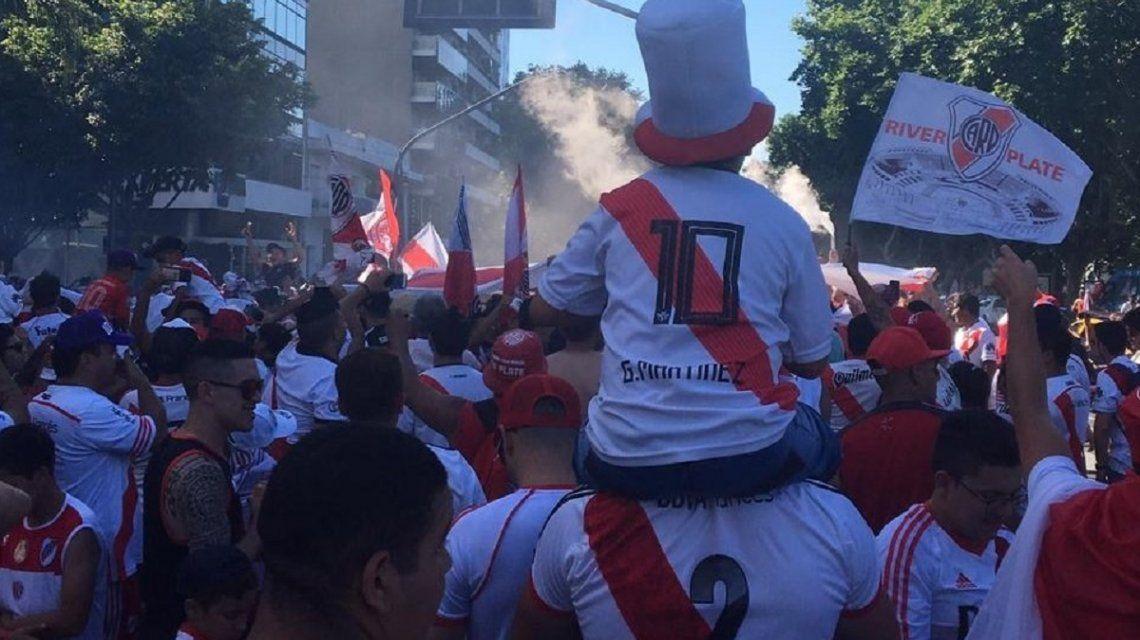 Miles de hinchas ingresan al Monumental para la megafiesta por la Copa Libertadores