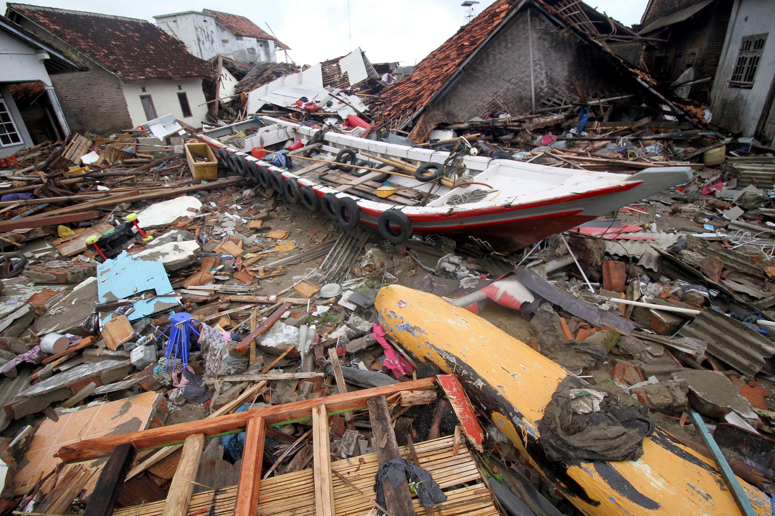 Ascienden a 373 los muertos en Indonesia por el tsunami y hay casi 1500 heridos