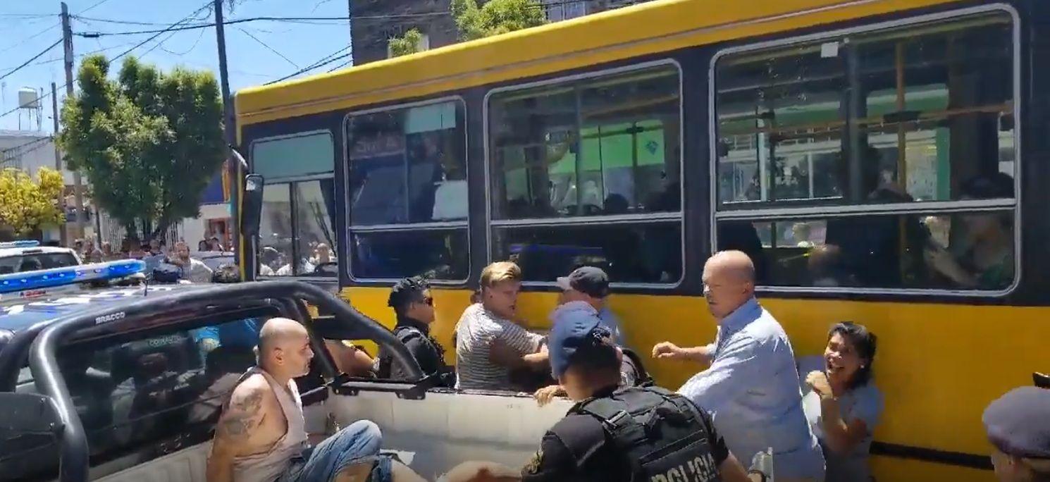 Rosario:  policías se enfrentaron con vecinos por unos vendedores ilegales de pirotecnia