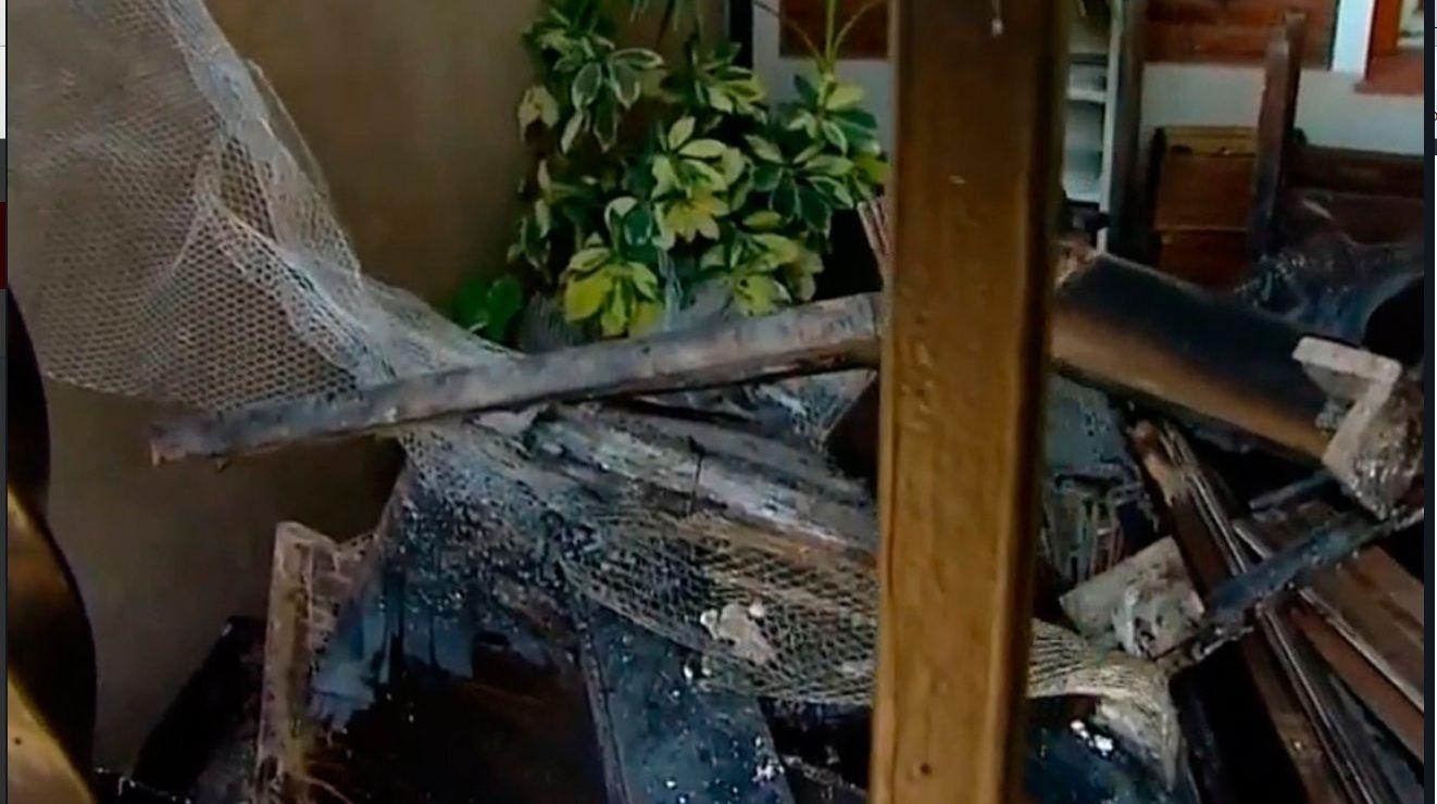 Les robaron e incendiaron la casa mientras festejaban Nochebuena