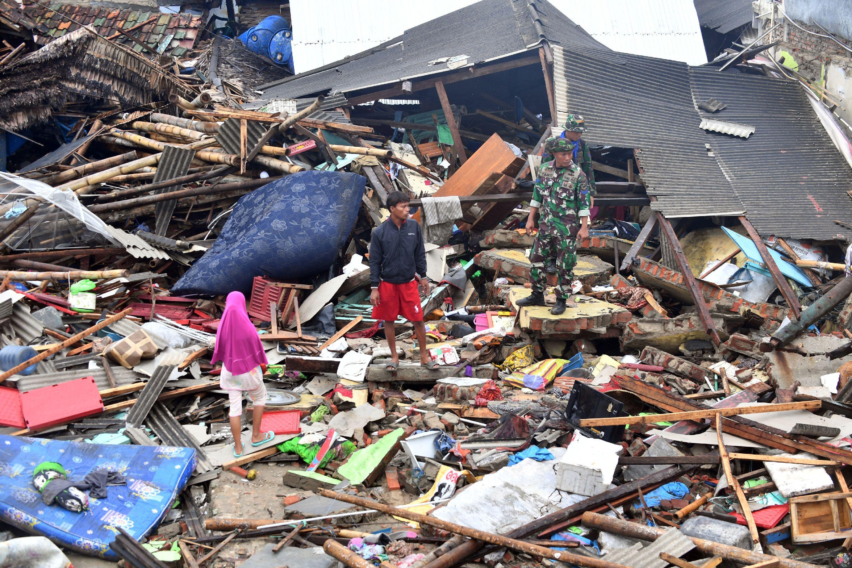 El tsunami en Indonesia causó al menos 429 muertos