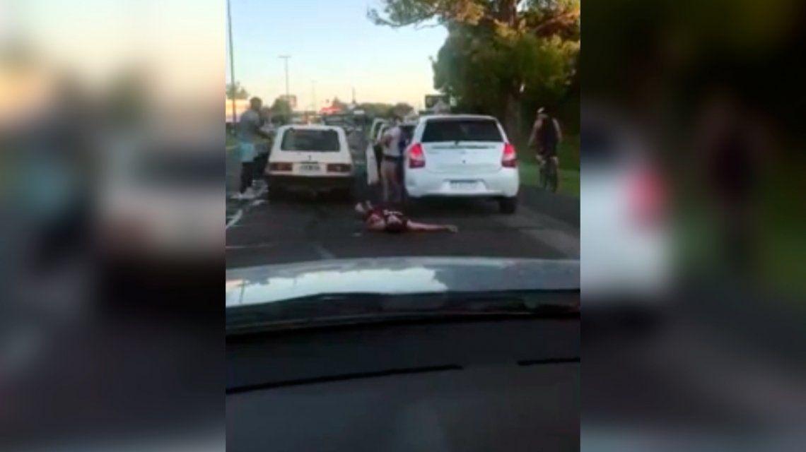 Denuncian que dos peleadores dejaron inconsciente a un joven tras una discusión de tránsito
