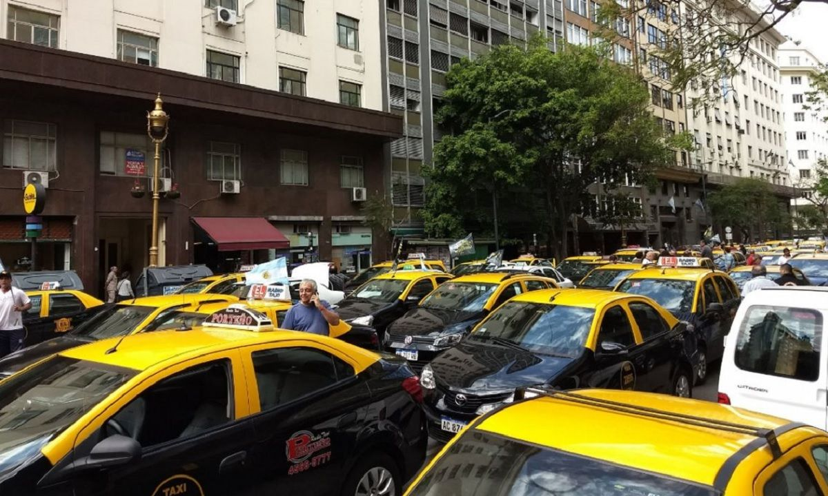 Taxistas cortan varios puntos de la Ciudad en protesta contra las apps de viajes