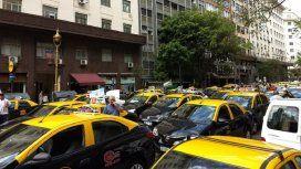 Los taxistas cortan accesos a la Ciudad porque no quieren tablets en sus autos