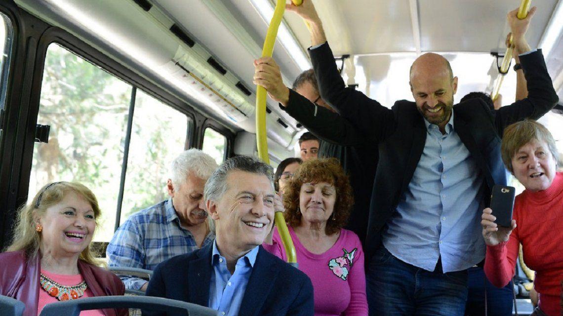 Mauricio Macri y Guillermo Dietrich en colectivo