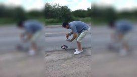 Santiago del Estero: aprovechó los 60 grados de térmica y cocinó en la calle un bife con huevo