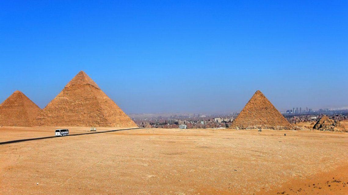 Explotó un micro turístico cerca de las pirámides de Giza en Egipto: al menos dos muertos