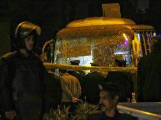 exploto un micro turistico cerca de las piramides de giza en egipto: al menos dos muertos
