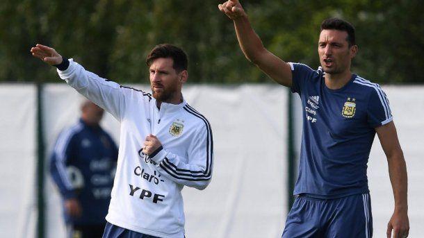 Lionel Messi y Lionel Scaloni durante un entrenamiento del ciclo Sampaoli<br>