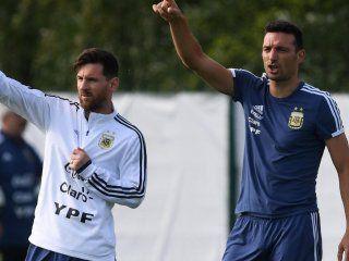Lionel Messi y Lionel Scaloni durante un entrenamiento del ciclo Sampaoli
