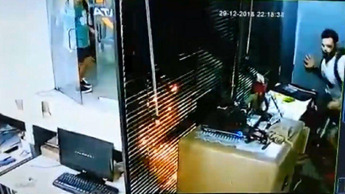 Relatos Salvajes en La Plata: saltó el mostrador y golpeó al empleado porque no le entregaban una encomienda