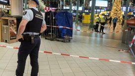 Evacuaron el aeropuerto de Amsterdam porque un hombre aseguró tener una bomba