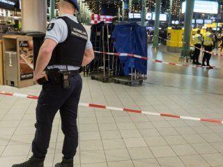 evacuaron el aeropuerto de amsterdam porque un hombre aseguro tener una bomba