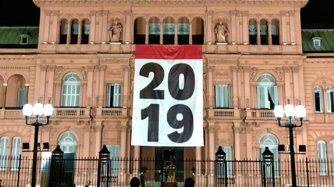 Colgaron una bandera con el número 2019 en la Casa Rosada