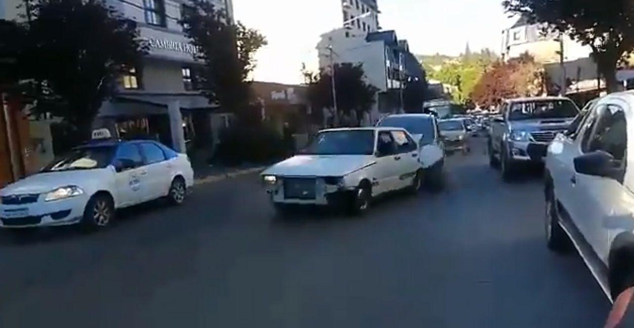 VIDEO: Violenta discusión callejera en Bariloche termina con un insólito choque