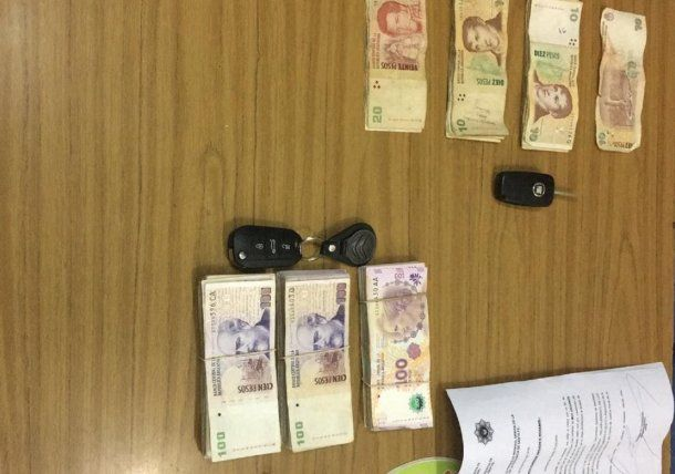 Parte del dinero que robaron los policías.